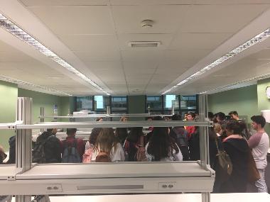Alumnos de primero de bachillerato IES Santa Margalida al laboratorio preclínico